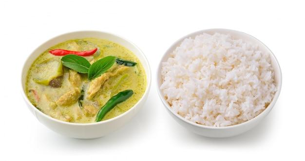 Caril tailandês do verde da galinha do alimento no bolw branco e arroz no espaço em branco