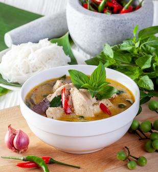 Caril verde com frango no fundo de madeira, cozinha tailandesa