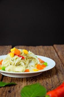 Caril verde com macarrão de arroz tailandês