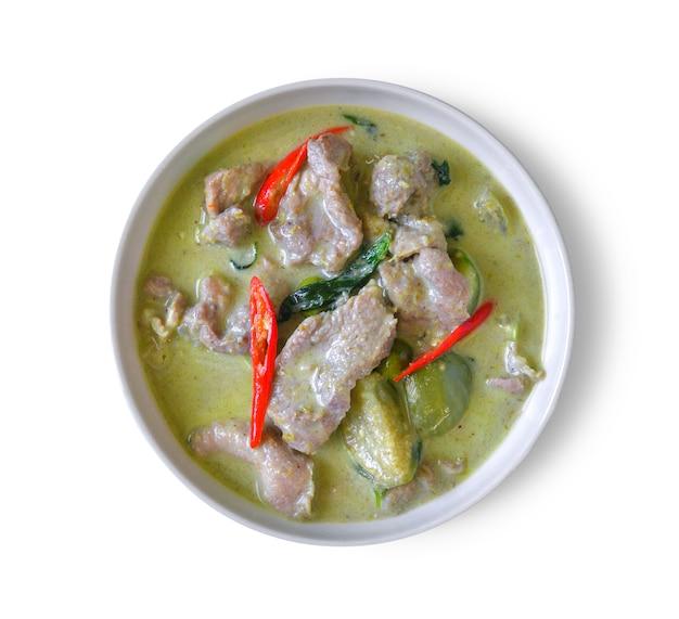 Caril verde tailandês tradicional na superfície branca