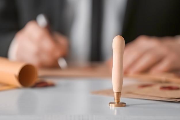 Carimbo de selo de cera no local de trabalho do tabelião