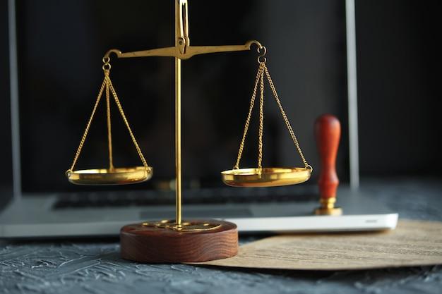 Carimbo público de tabelião de cera de metal em documento antigo. escritório de advocacia