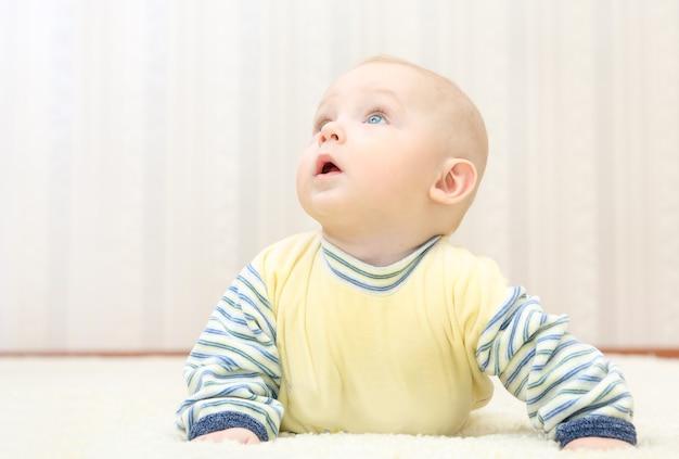 Carinha doce de bebê olhando para cima
