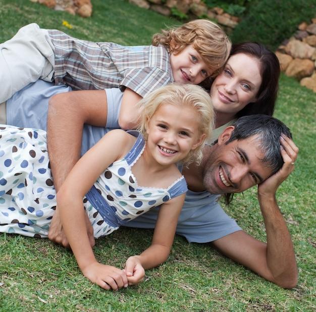 Carinhosa família jovem ao sol