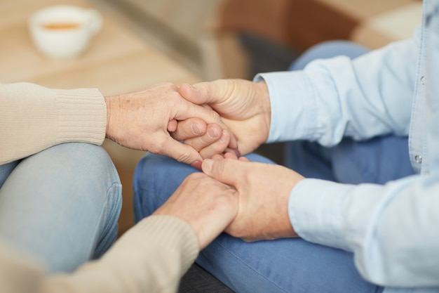 Carinhoso casal de mãos dadas