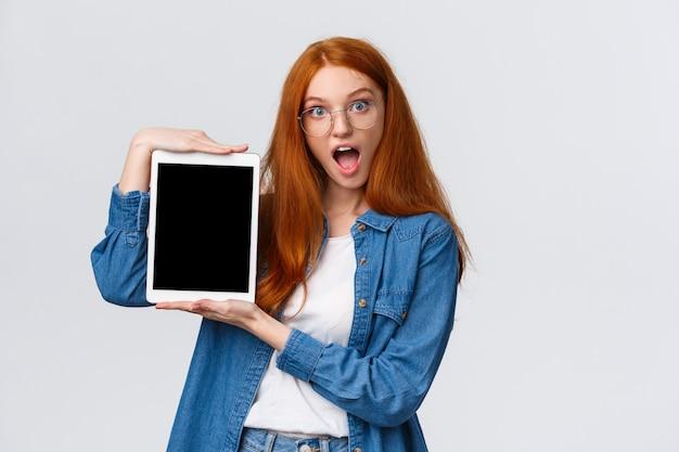Carismática ruiva com tablet