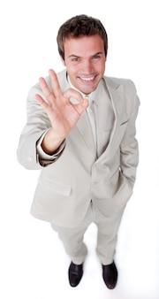 Carismático empresário atraente apontando para a câmera