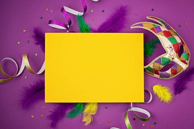 Carnaval festivo e colorido ou máscara de carnaval e acessórios sobre parede roxa. camada plana, vista superior, espaço de cópia