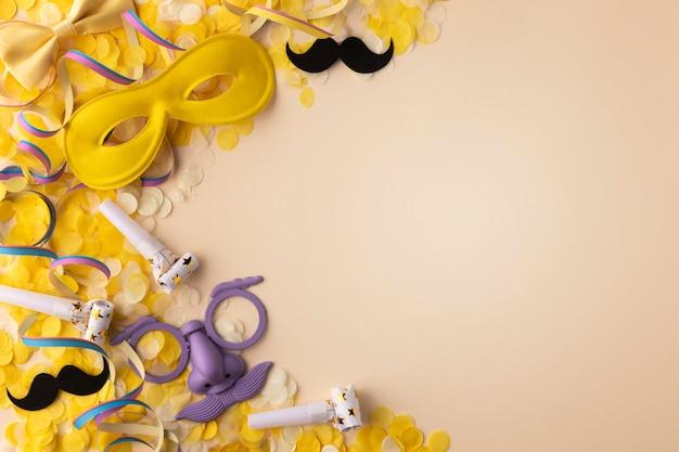Carnaval máscara fofa cópia espaço confete dourado