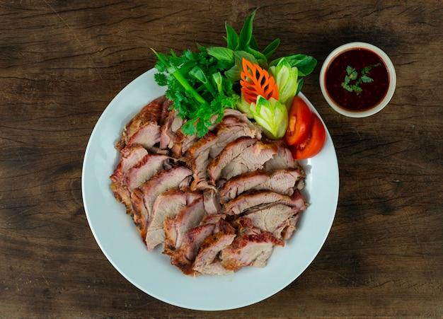 Carne assada churrasco comida tailandesa estilo chili servido molho de tamarindo e legumes frescos vista superior