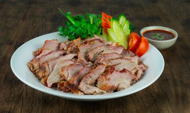 Carne assada churrasco comida tailandesa estilo servido chili, molho de tamarindo e legumes frescos