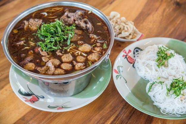Carne assada clara com tendão de carne e ensopado de sopa de bolas de carne (carne ekaehla)