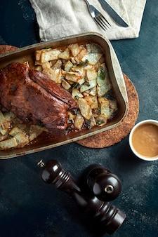 Carne assada e batatas. uma refeição deliciosa e saudável. um grande pedaço de carne assada. comida quente cozida.