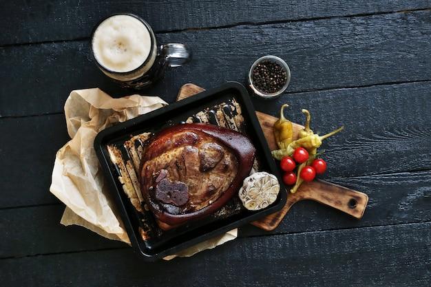 Carne assada na superfície preta