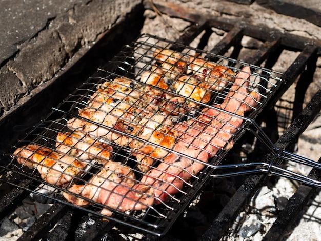 Carne assando na grelha em fogo aberto