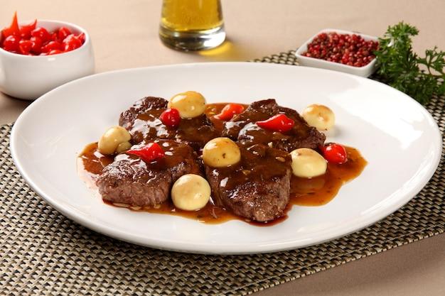 Carne / bife com champignon.