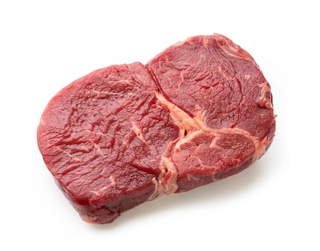 Carne bovina crua fresca isolada no fundo branco, vista superior
