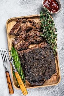 Carne bovina de churrasco de peito cortada em uma bandeja de madeira