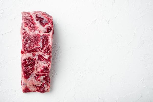 Carne bovina de lombo de lombo cortada crua, em mesa de pedra branca, vista de cima plana lay