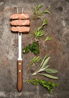 Carne bovina grelhada com ervas e especiarias em fundo de metal rústico. conceito de comida