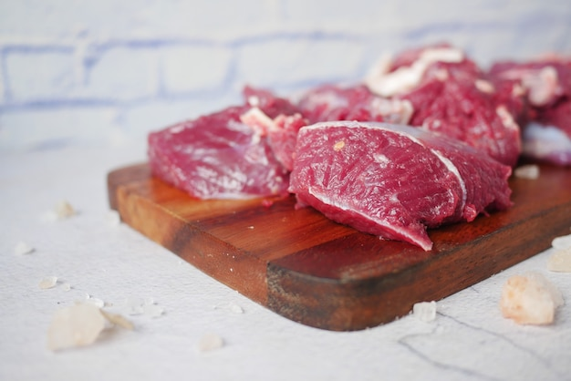Carne bovina vermelha crua fresca na tábua de cortar