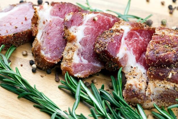 Carne com banha cortada em pedaços