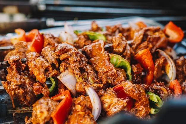 Carne com cebola e pimentão ao curry à moda indiana
