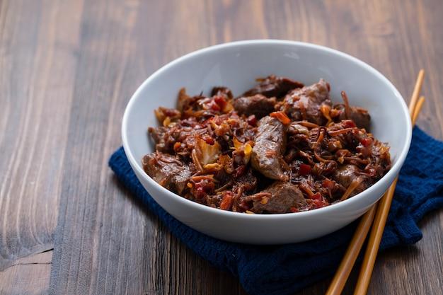 Carne com legumes na tigela branca