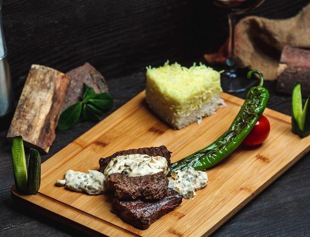 Carne com molho cremoso de cogumelos e arroz