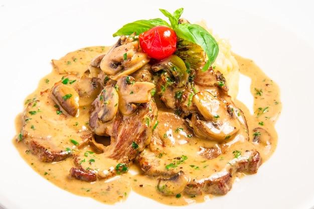 Carne com molho de creme de cogumelos