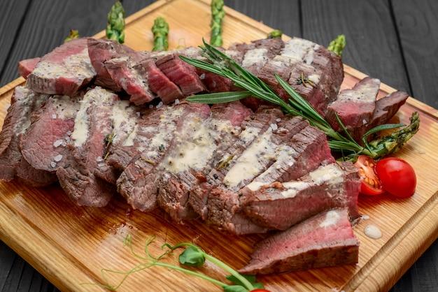 Carne cortada na placa de madeira