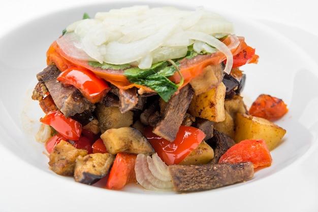 Carne cozida com legumes em molho de tomate picante