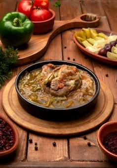 Carne cozida com legumes em panela