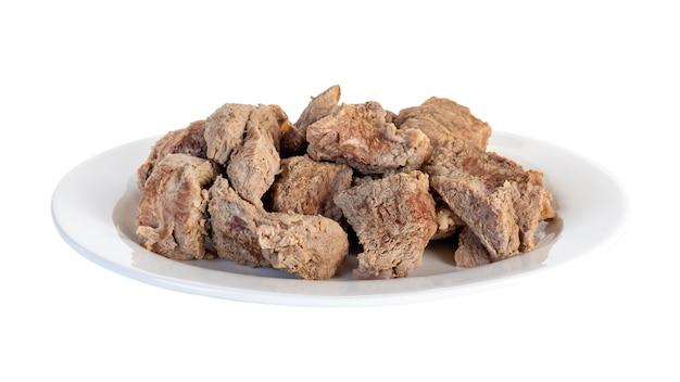 Carne cozida em um prato branco isolado. comida.