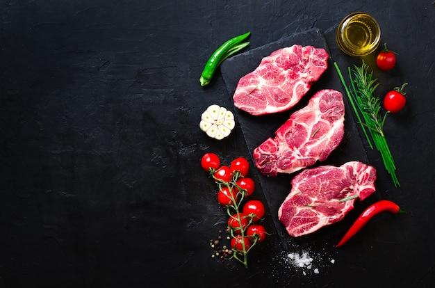 Carne crua, bife de carne em uma tábua de cortar pedra