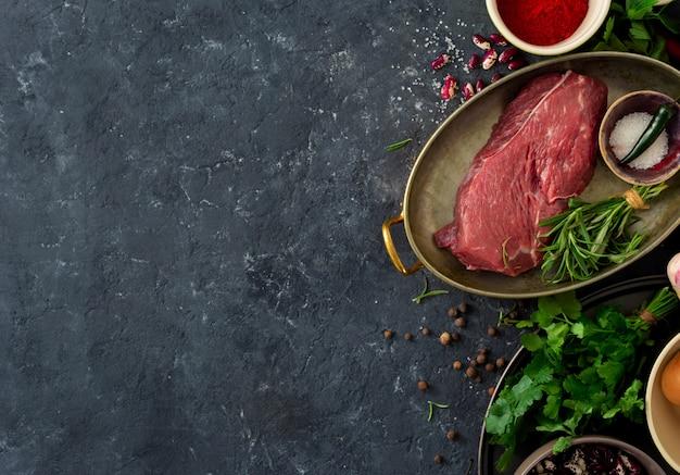Carne crua com ervas, especiarias e feijão