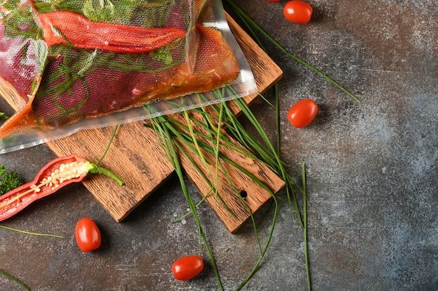 Carne crua com ingredientes para cozinhar, vista superior