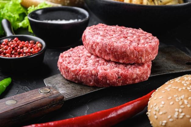 Carne crua com ingredientes para um hambúrguer