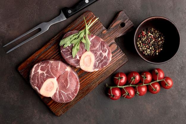 Carne crua com legumes