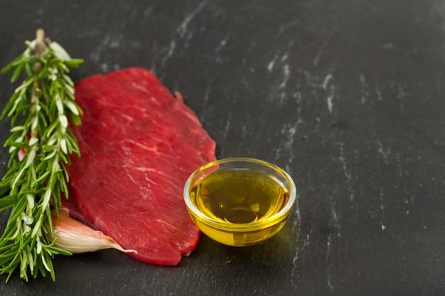 Carne crua com óleo