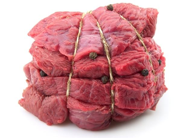 Carne crua com pimenta em fundo branco