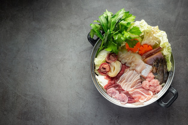Carne crua e vegetais frescos no menu de hot pot shabu