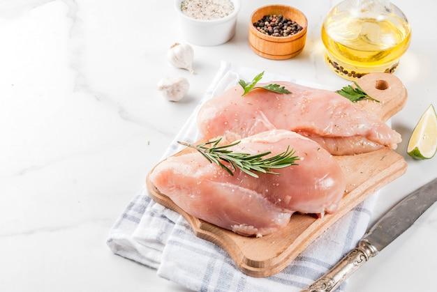 Carne crua, filé de peito de frango, com azeite, ervas e especiarias