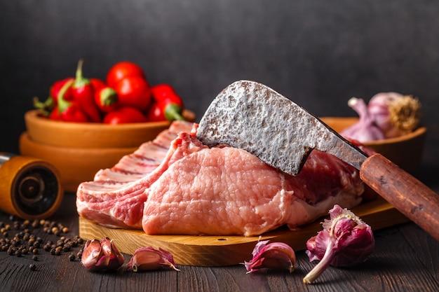Carne crua fresca de porco em um fundo escuro