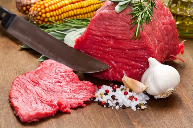 Carne crua na mesa de madeira