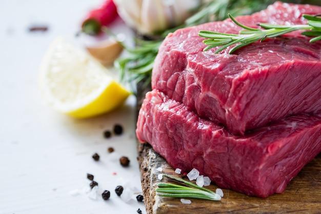 Carne crua no fundo de madeira
