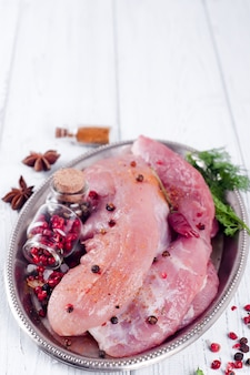 Carne crua para churrasco, churrasco ou cozinhar com ervas e especiarias em uma travessa de ferro
