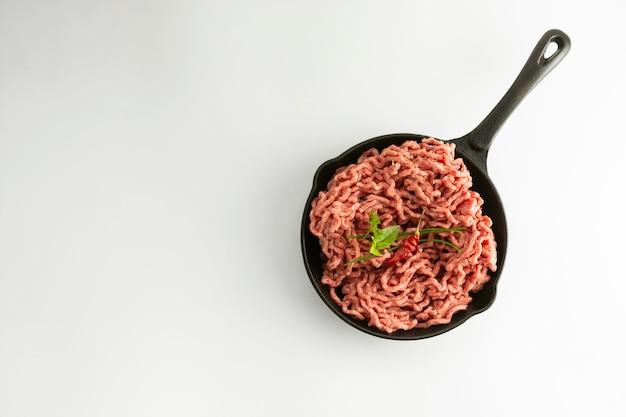 Carne crua picada de carne vermelha, cozinhando o bife de hambúrguer de ingrediente no fundo branco