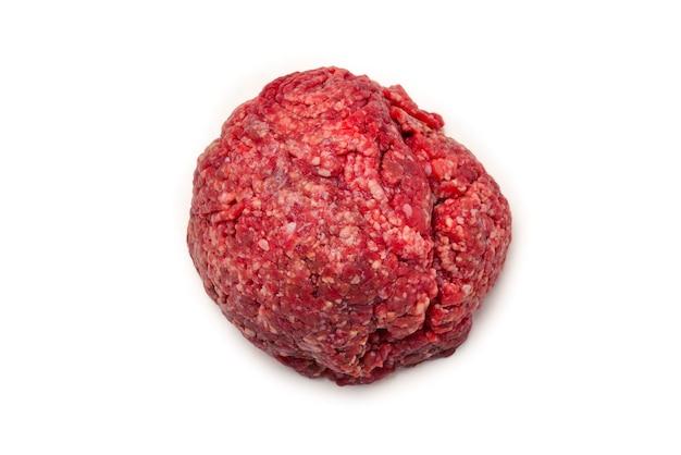 Carne crua picada isolada na parede branca.