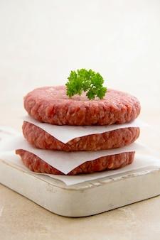Carne crua picada para hambúrgueres. cozinhar hambúrgueres de carne caseiros.